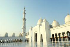 In Dubai schießt ein Megabau nach dem nächsten in die Höhe. Die Gustostücke sind aber in Abu Dhabi zu finden. 6 Sightseeing Tipps für Dubai und Abu Dhabi.