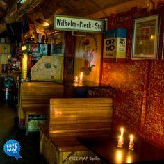 """Die """"VErkehrsBeruhigteOstZone"""" ist seit 1992 ein absoluter Geheimtipp am Hackeschen Markt. In den historischen S-Bahnbögen direkt am Monbijoupark findet man hier eine typische Ost-Berliner Szene-Bar zum Sitzen, Quatschen und """"Kieken""""."""