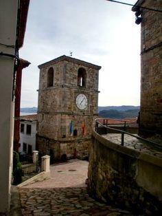 Reloj del siglo XVIII construido  sobre una antigua torre de vigilancia del siglo XV