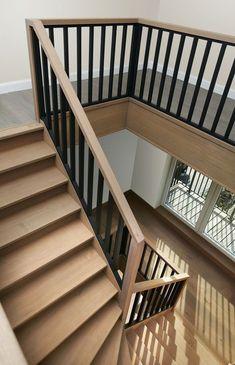 Moderne trappen - Trappenmakerij Lauwers maakt trappen op maat Wood Railings For Stairs, Modern Stair Railing, Staircase Handrail, Stair Railing Design, House Staircase, Iron Stair Railing, Entry Stairs, Staircase Remodel, Modern Stairs