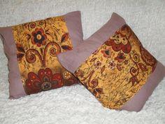 Tyynyjä ja niihin käytetty myös kuviokangasta, syksyn pehmeät värisävyt