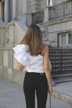 asymmetric top contacto, looks - Lady Addict Urban Fashion Trends, Urban Fashion Women, Fashion Forecasting, Spring Fashion Outfits, Asymmetrical Tops, Everyday Outfits, Beautiful Outfits, Ruffles, Skinny Jeans