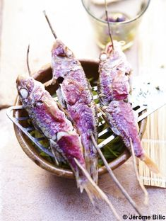 Recette Rougets et courgettes  à la vapeur de fenouil   : Râpez les courgettes en petits bâtonnets avec une mandoline ou coupez-les en fines lamelles avec un...