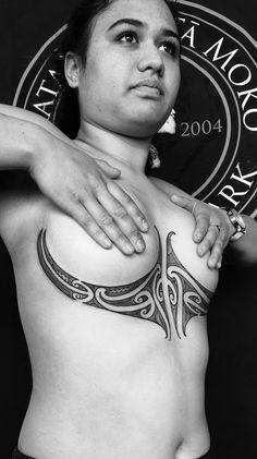 Maori Tattoos, Aa Tattoos, Spine Tattoos, Weird Tattoos, Sternum Tattoo, Body Art Tattoos, Tribal Tattoos, Tattoos For Women, Tattooed Women