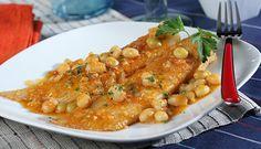 Raya en salsa /  600 gr. de raya - 300 gr. de judías blancas, - 2 cebollas, 1 hoja de laurel, - 1 tomate maduro, 2 diente de ajo, - 1 puñadito de almendras - unos granos de pimienta, 1 rebanada de pan frito - , 1 vaso de caldo de pescado, 1 cucharadita de pimentón de la Vera, aceite de oliva y sal