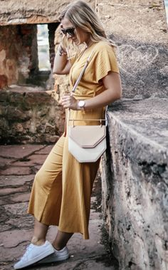 senfgelber Jumpsuit in Kombination mit weißen Sneaker und Amor Fati… mustard yellow jumpsuit in combination with white sneaker and Amor Fati bag Yellow Jumpsuit, Jumpsuit Outfit, Style Bleu, New Balance Damen, Only Fashion, Womens Fashion, Female Fashion, Style Marocain, Love