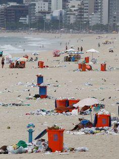 FOTOS: com paralisação de garis, praia de Ipanema é tomada por lixo (Pablo Jacob/Agência O Globo)