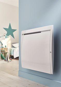 Radiateur à inertie sèche,  idéal pour les chambres,le séjour ou la cuisine. Équipé d'un thermostat électronique, d'un système anti-salissures, d'une sécurité enfant (verrouillage commande), d'un détecteur de fenêtre ouverte et d'un détecteur de présence/occupation. / Castorama #radiateurelectrique