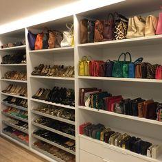 Walk In Closet Design, Wardrobe Design Bedroom, Closet Designs, Boutique Interior, Room Closet, Closet Space, Corner Wardrobe, Purse Storage, Dressing Room Design