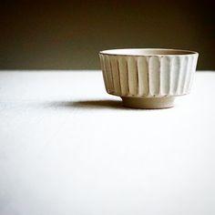 농부의작업실 .  각찬기 ivory (18) 9.5×5.5 . 각찬기 리뉴얼 되었습니다. 앞선 디자인은 좀 더 자유롭고  귀여운 감이 있었지만  이번엔 정돈된 스트라이프는 강직한 느낌을 주네요. 한손에 쏙 들어오는 크기.. 나팔찬기와  꽃찬기의… Pottery Studio, Ceramics, Tableware, Handmade, Ceramic Studio, Ceramica, Pottery, Dinnerware, Hand Made