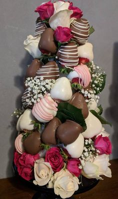Edible Chocolate Covered Strawberries and Rose Floral Arrangement - Site Title Chocolate Dipped Strawberries, Chocolate Covered Strawberries, Melting Chocolate, Hot Chocolate, Valentine Chocolate, Strawberry Tower, Strawberry Ideas, Blackberry Syrup, Edible Arrangements