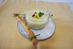 """Ob grün oder weiß: Wenn der Spargel reif ist, schmeckt beides in Kombination oder auch einzeln gut. Unser saisonales """"Rezept der Woche"""" vereint beide Spargelsorten in einem Gericht. Der weiße Spargel kommt in die Suppe, der grüne in den Blätterteig."""