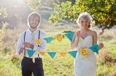 DIY Hochzeit Ideen Hochzeitsdekomit bunten Flags von Brautpaar DIY Ideen für Rustikale Hochzeit   Einladungskarten, Hochzeitsdekoration