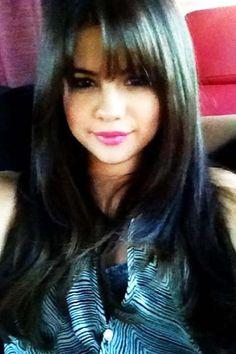 """Selena+Gomez+postete+auf+Facebook+ein+Bild+mit+neuem+Styling.+""""Neue+Frisur+für+einen+neuen+Film+:)+Ich+liebe+es,+mein+Haar+zu+verändern!"""",+kommentierte+die+20-Jährige.+Unser+Tipp+zum+Nachstylen:+Den+Pony+strähnchenweise+mit+den+Fingern+definieren+und+mit+Haarspray+fixieren."""