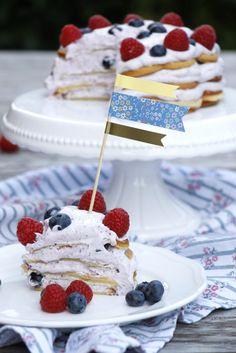 Waffeltorte ist ein besonderer Geburtstagskuchen, der auch als Kindergeburtstag Kuchen beliebt ist. Außerdem ist es ein geniales Sommerparty Rezept. Die Waffeltorte mit Beeren und einer Sahnecreme sieht toll aus und ist schnell zubereitet. Die Waffeltorte Anleitung findet ihr im Blog.