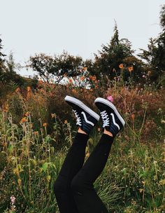 vans are for the girls Sk8-hi Vans, Tenis Vans, Vans Sneakers, Vans Sk8, Cute Shoes, Me Too Shoes, Estilo Vans, How To Wear Vans, Fashion Looks