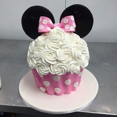Large Minnie Mouse cake