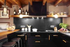 Molins Interiors // arquitectura interior - interiorismo - cocina - barra - taburete - country - campo - montaña