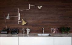 【手元も自在に明るく】壁面アームランプのあるキッチン | 住宅デザイン