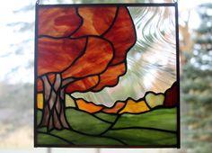Panneau de verre magnifique automne arbre paysage # 2 « « « « Couleurs dautomne grande ! Rouge profond oranger en plein automne couleur ! Encadré en cuivre brillant avec une chaîne amovible en laiton plaqué daccrochage. Méthode de clinquant de cuivre de style Tiffany Mon propre design, fabriqués à la main avec des vitraux. Chaque pièce de verre teinté de haute qualité est coupé, cuivre déjoué et soudé dans mon home studio.  10.25 panneau carré avec anneaux et chaîne suspendus.   Chute plus…