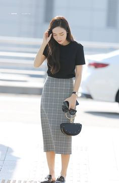 Travelling outfits that might be equal parts fashionable and conventional are hard to discover. Korean Girl Fashion, Korean Fashion Trends, Kpop Fashion, Asian Fashion, Daily Fashion, Fashion Outfits, Korean Airport Fashion Women, Modest Outfits, Classy Outfits