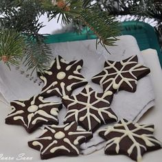 "Fursecuri cu cacao ""Fulg de nea"" Christmas Cookies, Christmas Wreaths, Food And Drink, Gift Wrapping, Chicken, Holiday Decor, Sweet, Desserts, Sweets"