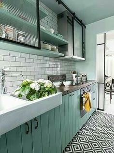 New Kitchen Colors Country Shelves Ideas Kitchen Tiles, Kitchen Flooring, New Kitchen, Vintage Kitchen, Kitchen Black, Kitchen Sink, Mint Kitchen, Modern Retro Kitchen, White Kitchen Floor