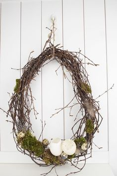 Spring decoration: 4 ideas to tie wreaths – Deko-Hus – Home Decor Door Wreaths, Grapevine Wreath, Wreaths For Front Door, Diy Wreath, Home Beach, Lollipop Centerpiece, Decoration Restaurant, Diy Ostern, Arte Floral