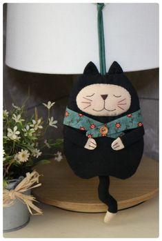 컨츄리풍의 귀여운 고양이 열쇠걸이와 핸드폰주머니에요.작은고양이는 열쇠걸이 좀 큰 고양이는 핸드폰을 ... Fabric Bags, Fabric Dolls, Diy Home Crafts, Felt Crafts, Sewing To Sell, Baby Sewing Projects, Cat Quilt, Key Covers, Small Quilts