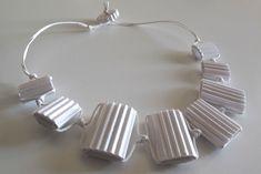 Collana RIGA_01: 7 elementi, cartone ondulato bianco tagliato a mano, filo di cotone cerato, colla vinilica, chiusura senza metallo