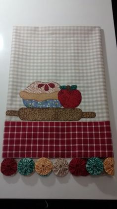 Pano de prato tortinha no Elo7 | Mundo di Pano (ECF893) Applique Patterns, Applique Designs, Miniature Quilts, Flour Sack Towels, Crewel Embroidery, Mug Rugs, Dish Towels, Pot Holders, Sewing Projects