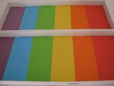 Cortar el papel para adaptarse y cubrir la base de la bandeja en orden de los colores del arco iris.  Coloque cinta adhesiva sobre la unión del papel para evitar la sal en movimiento debajo del papel de color.  y cubra el papel con un poco de sal. :))