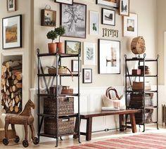 des paniers en osier et des photos décoratives au mur