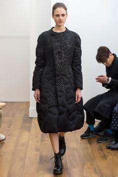 Kei Ninomiya, après avoir étudié la mode au Japon et en Hollande est le dernier protégé de Rei Kawakubo à rejoindre la famille de la célèbre griffe japonaise Comme des Garçons en 2008 en tan…