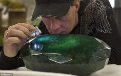 Funny pictures about World's largest emerald. Oh, and cool pics about World's largest emerald. Also, World's largest emerald photos. Minerals And Gemstones, Rocks And Minerals, Beautiful Rocks, Mineral Stone, Emerald Stone, Emerald Green, Rocks And Gems, Gems Jewelry, Jewellery