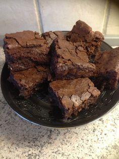 LÆKRE BROWNIES  Det skal du bruge.: 100 g valnøddekerner 250 g God chokolade 65-70 % 135 g smør 5 æg 380 g sukker 70 g hvedemel ¼ tsk. bagepulver ¼ tsk. salt 2 spsk. kakao Forvarm ovnen til 170° ved varmluft. Hak valnødderne groft, og stil dem til side. Hak chokoladen groft, o...