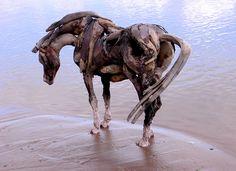 Heather Jansch, maga de la madera a la deriva Os presentamos algunas obras de esta maravillosa escultora que utiliza como materia prima madera sin tratar recogida en la costa y logra estos sorprendentes y maravillosos resultados.