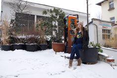 Katrin vor den alten Zapfsäulen in der Muskauer Straße in Berlin-Kreuzberg (1)