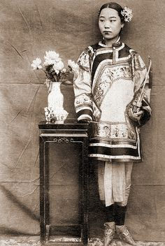 China, Shandong / Around 1900. Chinese beauty holding a tobacco pipe in her hand