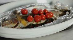 La trota salmonata al forno è un secondo piatto di pesce leggero e pronto in pochi minuti: cuocetelo in forno ben caldo e servitelo con verdure di stagione.