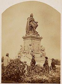 Het standbeeld van Joost van den Vondel in het Rij- en Wandelpark, later Vondelpark, in Amsterdam. Opgericht in 1867, architect van de sokkel is Pierre Cuijpers, beeldhouwer is Louis Royer.