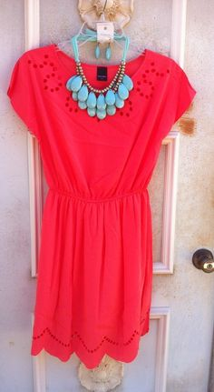 Great Color Combo - coral dress with turquoise statement necklace Look Hippie Chic, Look Chic, Elegante Y Chic, Summer Outfits, Cute Outfits, Summer Shoes, Look Fashion, Womens Fashion, Fashion News