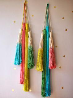 ouch flower: How to Dip Dye your Macrame and Tassels, sucessfully! Yarn Crafts, Diy Crafts, Diy Girlande, Yarn Wall Art, Tassel Jewelry, Diy Tassel, Jewellery, Pom Pom Garland, Macrame Plant Hangers