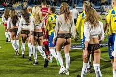 Seksowne kobiety w bieliźnie wyprowadzały piłkarzy na boisko • Tak wyglądał mecz RKC Waalwijk vs Emmen w walentynki • Zobacz foto >> #women #football #soccer #sports #pilkanozna