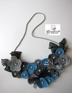 Collana Girocollo con Rose in Feltro e Pannolenci  Azzurro di LeMariottineLab
