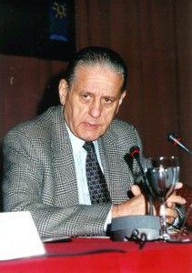 El 29 de julio de 2000, después de escribir una carta al Presidente Fernando De la Rúa criticando al sistema de salud, como una ironía del destino, el hombre que había contribuído a salvar millones de personas con problemas cardíacos, a los 77 años se quitó la vida de un disparo al corazón.