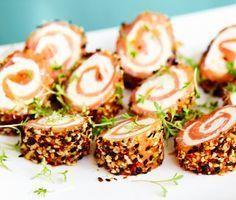 Kallrökt lax med färskost är en klassiker som får en ny dimension med Wasabi & Sesame. Allt kan förberedas dagen innan. Perfekt som förrätt eller snittar när du har många gäster. Receptet kommer från Santa Maria. Vegetarian Recipes, Snack Recipes, Cooking Recipes, Sushi, Food Porn, Swedish Recipes, Appetisers, Finger Foods, Food Inspiration