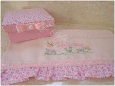 Caixa de MDF forrada de tecido acompanhada com toalha de lavabo personalizada