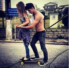 pareja de novios arriba de una patineta
