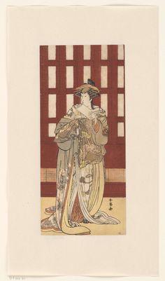 Katsukawa Shunjo   Acteur in vrouwenrol, Katsukawa Shunjo, 1780 - 1790   Acteur in de rol van geisha, staande, in kimono met draak en blad motief, voor een houten gebouw. In linker hand bundel papier.